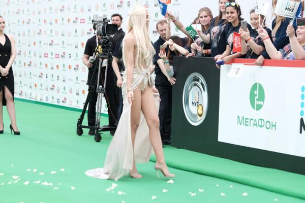 ГОЛАЯ И В КОРОНЕ: Ольга Бузова появилась на «Премии МУЗ-ТВ» в образе Афродиты