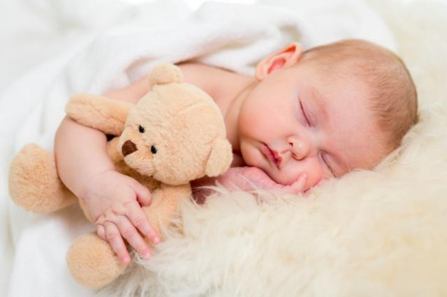 Как укладывать спать новорожденного на бок или спину