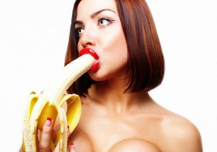 девушки касаются бананом фото первом