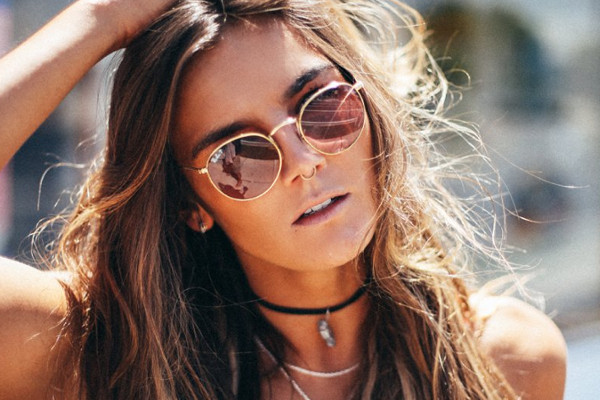 ГОТОВИМСЯ К ЛЕТУ: 5 пар солнцезащитных очков, которые будут носить все